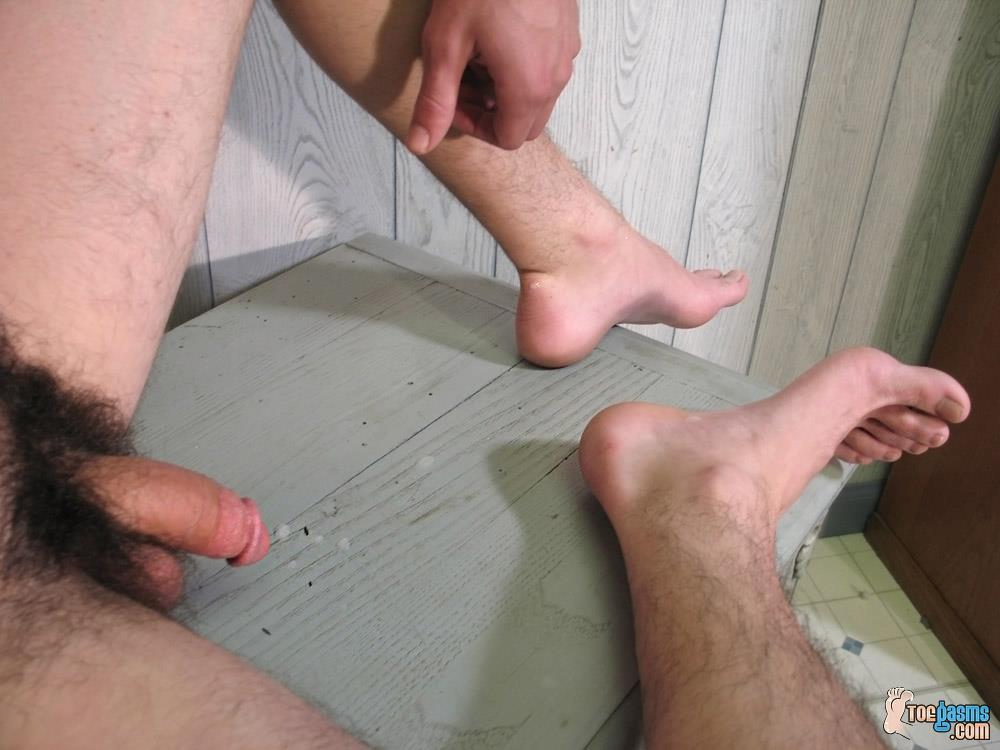 Toegasms-Axel-Straight-Skater-Jerking-Off-Playing-With-Feet-Amateur-Gay-Porn-21 Straight Skater Jerks His Hairy Dick And Plays With His Feet